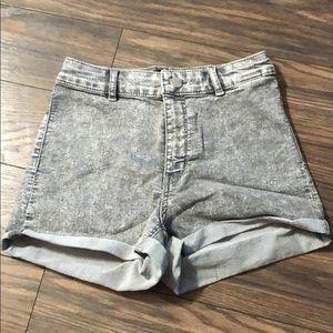 Divided acid wash high waist shorts.